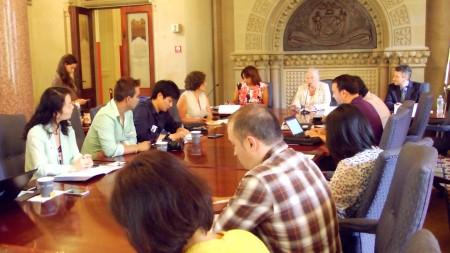 法瑞納和少數族裔媒體記者在圓桌會議上。