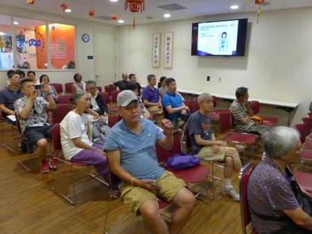 """7月28日是""""世界肝炎日"""",纽约大学朗格尼医学中心、纽约探访护士服务、美洲中华医学会 昨天共同在华埠举办病毒型肝炎讲座,并为民众做血液筛检。 (蔡溶/大纪元)"""