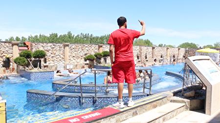 溫泉城堡的每個泳池都配備了救生員,保護大家的安全。