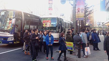 来日观光和购物的中国游客。(卢勇/大纪元)