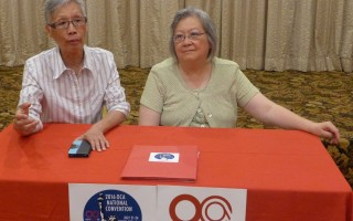 美华协会全美年会的共同主席吴惠珍和刘清华介绍年会内容。 (蔡溶/大纪元)
