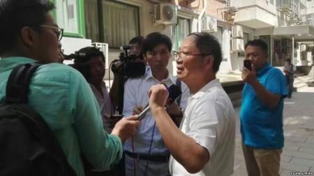 炎黃春秋雜誌社負責人胡德華在被強占的辦公地點外面接受外媒採訪。(網友提供)