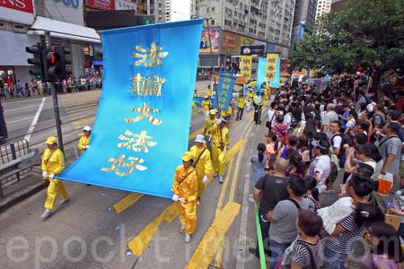 今年的7月20日是中共首惡江澤民發動鎮壓法輪功的17周年。昨日逾千香港及來自海外的部份法輪功學員舉行大型的反迫害集會遊行,呼籲港人以至國際社會攜手制止中共活摘暴行,將以江澤民為首的元兇繩之以法。(潘在殊/大紀元)