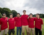 由羅博深率領的美國奧數隊衛冕成功,六名隊員中華裔占半,右邊起為彭俊耀、姚遠,左二為劉書亮。(美國數學學會提供)