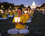 2014年7月17日,美国首都华盛顿,法轮功学员在国会山前的国家广场举行和平反迫害烛光夜悼,悼念被中共迫害致死的法轮功学员。(正见网)