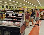 超市業主邊先生說:「一年四季美亞超市還會根據中外節日提供不同的食品。」圖為美亞超市。(岑華穎/大紀元)