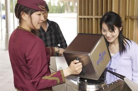 日本环球影城(USJ)在入口处应用人脸识别系统查票。(USJ提供)
