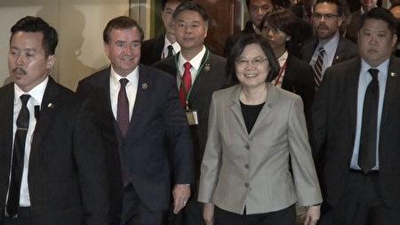 美国会议员罗伊斯和刘云平等在洛杉矶环球希尔顿酒店陪同蔡英文赴侨宴。(苏湘岚/大纪元)