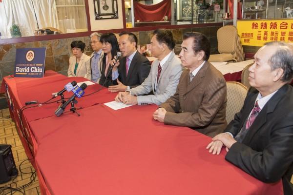 7月1日,邱信福与美国中医公会成员在旧金山中国城,庆祝针灸重入加州Medi-Cal。(曹景哲/大纪元)