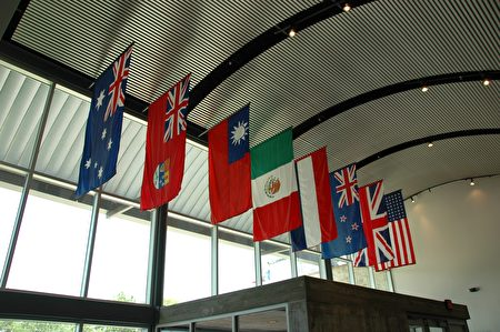 圖:太平洋戰爭博物館大廳上,懸掛著中華民國「青天白日滿地紅」國旗。(謝行昌提供)