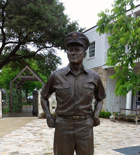 圖:福來德堡鎮的尼米茲將軍銅像。照片的背景就是尼米茲家族的旅館,現已歸劃為太平洋戰爭博物館的一部份。(謝行昌提供)