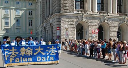 天國樂團行進到霍夫堡皇宮Hofburg ,這裡是总统官邸。(大紀元)