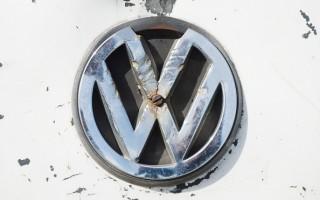 据《南德意志报》报导,15个汽车品牌的遥控钥匙都存在安全漏洞,偷车贼可以神不知鬼不觉地开关车门,或把车直接开走。图为大众汽车标志(JULIAN STRATENSCHULTE/DPA/Getty Images)