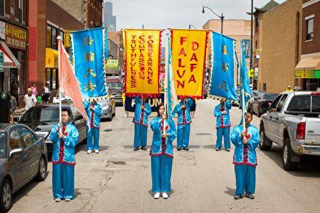 2016年7月30日,來自中部十個州的法輪功學員匯集在芝加哥中國城舉行盛大的遊行。(陳虎/大紀元)