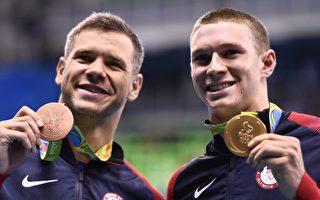 美國泳將墨菲(Ryan Murphy)(右)8日在裡約奧運男子100米仰泳中以51.97秒奪金,他隊友普拉瑪(David Plummer)(左)則拿下銅牌。(CHRISTOPHE SIMON/AFP)