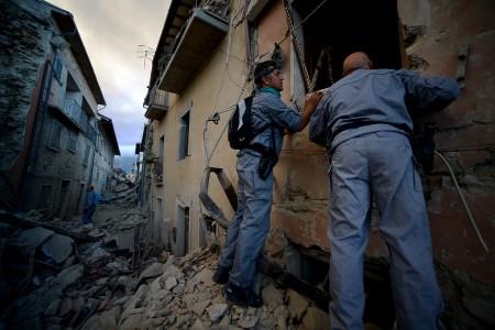 意大利中部24日发生芮氏6.2强震,目前死亡人数已经上升至21人。地震灾情导致多座古城小镇严重灾情受损,阿马特里切镇四分之三被摧毁。(AFP PHOTO / FILIPPO MONTEFORTE)