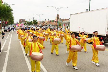 2016年7月30日,來自中部十個州的法輪功學員匯集在芝加哥中國城舉行盛大的遊行。(David Yang/大紀元)