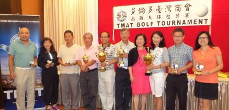 多伦多台湾商会会长黄丽美(右4) 与得胜者合照。(梁清祥提供)