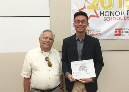 图: Eric Thai获颁辩论赛奖,即将入读加州大学戴维斯分校(UCD)。(Juliet Zhu/大纪元)
