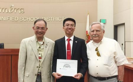 獲CACALA辯論賽頭獎學生Andy Chan, 即將入讀南加大USC會計專業。右為美洲同源總會前總會長郭民生(Munson Kwok),左為活動主席George Carney。(Juliet Zhu/大紀元)