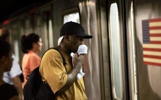 一名男子在沒有空調的地鐵車廂,用毛巾擦汗。 (Chris Hondros/Getty Images)