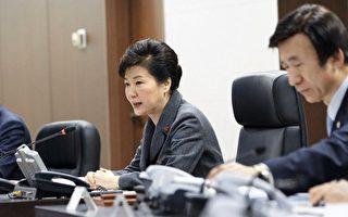 图为2016年1月6日,韩国首尔,韩国总统朴槿惠(左)与外交部长尹炳世(右)在总统府青瓦台主持国家安全保障会议时表示,朝鲜宣布成功进行首次氢弹试验,韩国要认知到问题的严重性,与国际社会合作对朝鲜采取强有力的制裁措施,坚决应对。(South Korean Presidential Blue House via Getty Images)