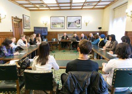"""2016年7月4日,丹尼尔.赛克纳议员(Daniel Zeichner MP)在英国国会内主持了以中共活摘法轮功学员器官为主题的研讨会。这是自6月28日英国保守党人权委员会发布对华人权报告——《最黑暗时刻》、6月30日保守党人权委员会专门就中共强摘器官举办听证会之后,一周之内第三次在国会大厦内举行有关""""强摘器官""""这个主题的会议。(罗元/大纪元)"""