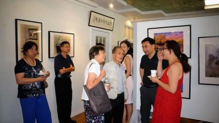 「生活之美」攝影展,梅國治老師與攝影愛好者交流(前右三)。(貝拉/大紀元)
