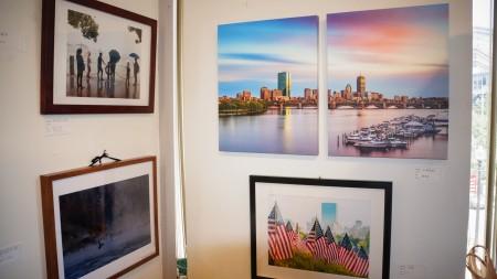「生活之美」攝影展,會長梅芬芳的參展作品《小城夜韻》(右上两幅)。(貝拉/大紀元)