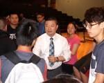 波士頓公校校監張欽棠(中)與華裔學生和家長對話互動。(貝拉/大紀元)