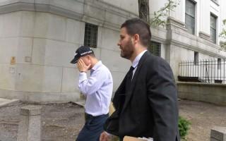 秦坤山(左)一路用手遮臉,與他的代表律師Jonathan Marvinny快步離開法庭。(蔡溶/大紀元)