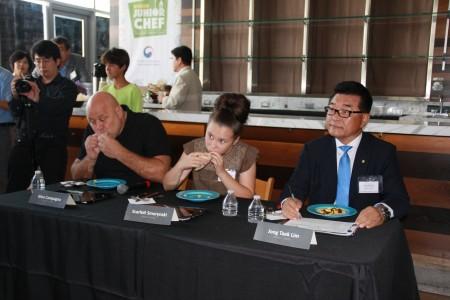 評委們正在品嚐選手們的菜品。(徐綉惠/大紀元)
