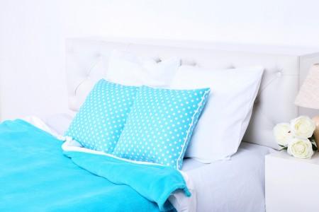舒適柔軟的床上,枕頭(fotolia)