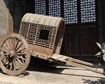 守门的官员明明知道是太子的马车,却不肯徇私枉法,真是个刚正守法的好臣子啊!(fotolia)