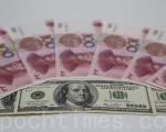 12月5日人民币一度急遽贬值。(余钢/大纪元)