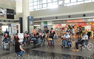 """27日上午由天主教敏道家园多位身心障碍青年所组成的""""敏道打击乐团"""",突然现身高铁嘉义站大厅,他们带来一场音乐快闪表演,清新活泼的演出吸引来往旅客伫足观赏。(台湾高铁提供)"""