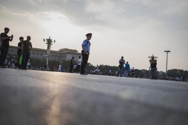 2016年,中共官场人事变动频密,在7月4日过去一周,就有20名中共副部级以上官员职位出现变动,涉及10个省区市5个部委。 图为,2016年6月4日,北京天安门。 (FRED DUFOUR/AFP/Getty Images)