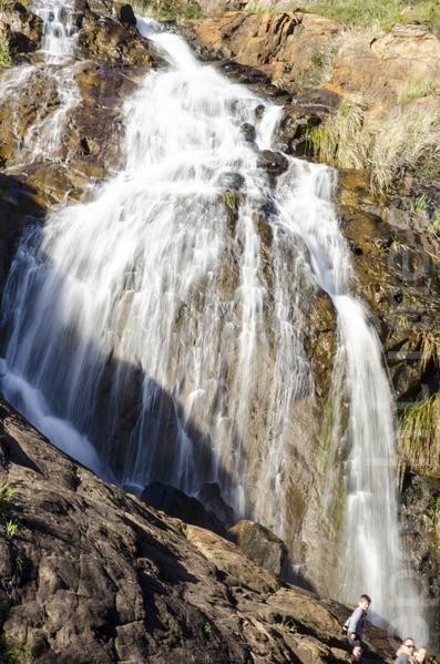 衝到谷底部分的賴斯莫迪瀑布(Lesmurdie Falls)氣勢更壯觀寫,如果不怕打濕鞋,很容易爬上瀑布前的大石頭上。(金千里/大紀元)