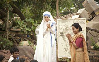 《爱无止尽德蕾莎》剧照,德蕾莎修女(左)教导人们。(威视提供)