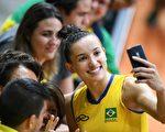 2016年8月8日,巴西排球选手Gabriela Braga Guimaraes(右)与民众自拍。(JOHANNES EISELE/AFP/Getty Images)