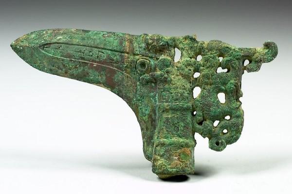 戰國青銅兵器玄鏐戈,現藏台北故宮博物院。(公有領域)