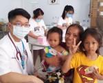 台湾医师与菩萨省当地就医的小朋友合影。(蔓妮艺能有限公司提供)