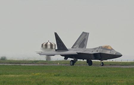 6月11日,美国空军1架F-22猛禽战斗机在排气喷管上方聚集近2万只的蜜蜂,被迫停飞。图为4月25日,美陆军飞机F-22。(DANIEL MIHAILESCU/AFP/Getty Images)