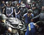 馬尼拉8月12日發生涉嫌越獄及企圖綁架典獄長未遂事件,造成10名犯人死亡。圖為,武裝警衛站在囚犯的屍體旁。(JAKE C SALVADOR/AFP)