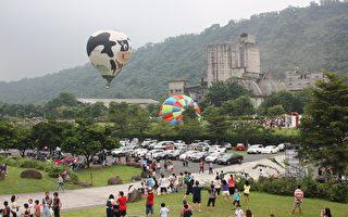 用绳子固定热气球,让游客体验热气球的升空冒险的乐趣,停留空中时间约5~7分,让游客一览阿里山美景。(阿里山管理处提供)