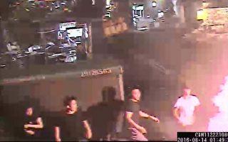 四海帮海巨堂帮派份子,14日凌晨率众在新北市永和区乐华夜市,当街演出全武行,不但殴打摊商、殃及无辜路人,还丢掷信号弹。遭警压制逮捕。(警方提供)