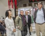 8月17日,中華總會館撤旗案原告們在兩位代理律師陪同下,來到中華總會館要求依照最後判決,重新掛回青天白日滿地紅國旗。(李霖昭/大紀元)