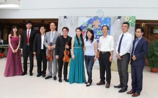 艺术家们与Volvo car赞助者代表、蔡永泉议员,及文化局副局长林青萍合影。(李撷璎/大纪元)