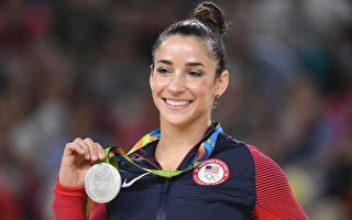 2016年8月16日,美國體操運動員艾麗.雷斯曼在自由體操項目中獲得銀牌。(TOSHIFUMI KITAMURA/AFP/Getty Images)