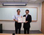 台湾东吴大学校方8月19日表示,前总统马英九已经接受聘书,9月起的学期,将安排3至4堂专题课程。图左为马英九、右为东吴大学校长潘维大。(东吴提供)